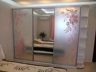 трехдверный шкаф-купе в белом цвете