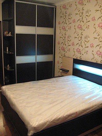Спальня шафа-купе з радіусними скляними полками